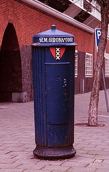 Geheugen van Oost - De bekende blauwe bus van de gemeentegiro.