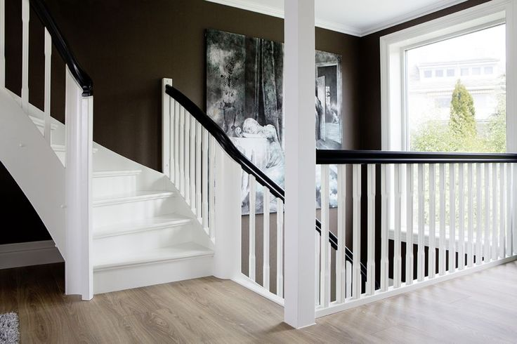 MELBY Klassiker i svart og hvitt // Vakker trapp i klassisk stil, malt i hvit med svart håndløper.