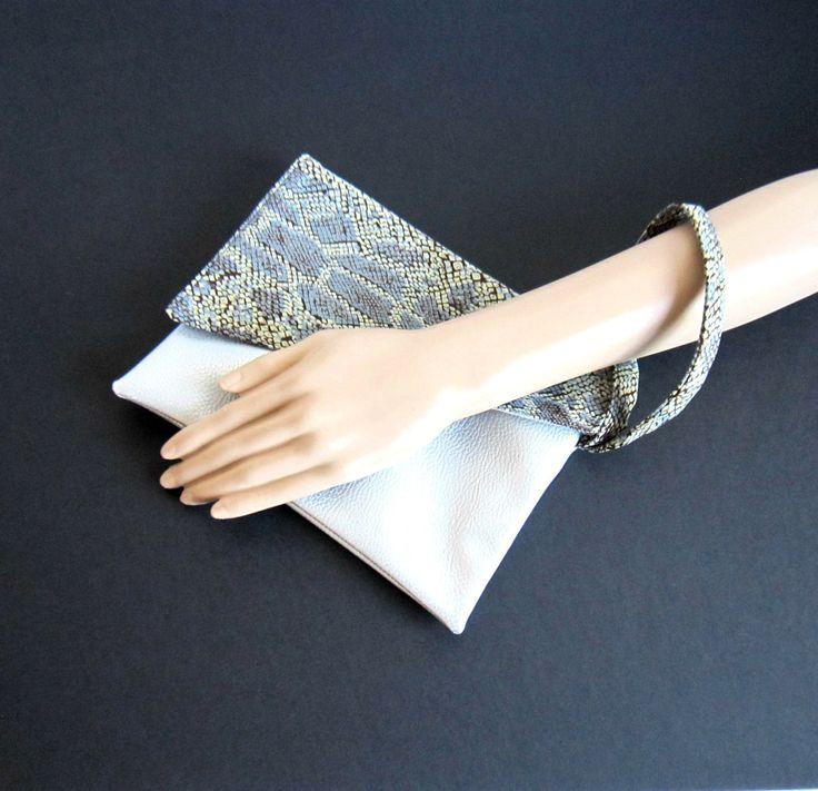 Pochette de soirée en simili cuir argenté et tissu imprimé serpent recyclé, porté gauche : Sacs à main par melkikou-upcycling