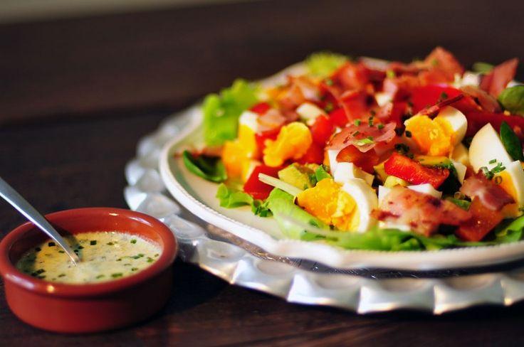 Een super gezonde en goed vullende paprika salade met ei, avocado, spek en een yoghurt-bieslook dressing. Gezond smullen en een verzadigd gevoel!