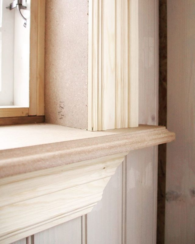 Fönsterbräda och fönsterfoder. Satte alla dessa i helgen, hela 15 fönster och dörrar totalt. Sen togs de ner för målning då jag tycker det är lättare när man inte behöver bry sig om att hålla sig innanför kanten. #linoljefärg #fönsterfoder #fönsterbräda #bygga #byggnadsvård
