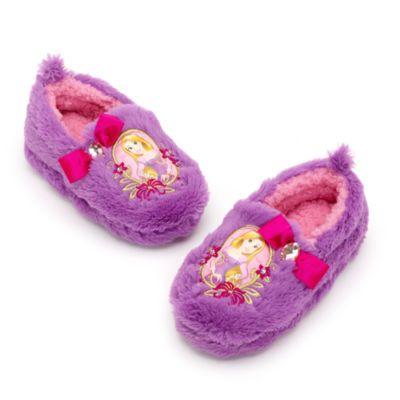 Después de un agotador día de aventuras, estas zapatillas son perfectas para mantener sus pies cómodos y calentitos. Están confeccionadas en tela de peluche y decoradas con unas bonitas ilustraciones, bordados, lazos y diamantes de estrás.