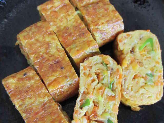 韓国卵焼き・ケランマリ(계란말이)      今回は、韓国の卵焼きの特徴をお話をしましょう。 韓国の卵焼きは、出汁・砂糖・醤油を使わず、野菜を入れて焼きます**        材料 (2人分)  卵 3個 長ネギ 1/3本 人参 1/2本 ダシダ(韓国の調味料) 小さじ1/2 おろしにんにく・塩・胡椒 各少々 サラダ油 適量