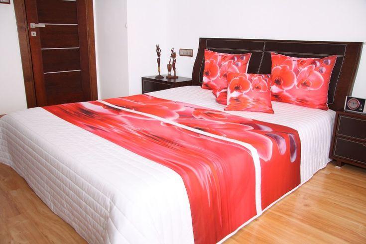 Modna pikowana biała narzuta na łóżko w czerwone storczyki