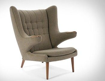 H πολυθρόνα Wegner Papa Bear Chair από τον Hans Wegner συνδυάζει την αισθητική του '50, το διαχρονικό design και την άνεση που μπορεί να προσφέρει μία τόσο μεγάλη πλάτη πολυθρόνας. Ταιριάζει στο χωλ, στο καθιστικό