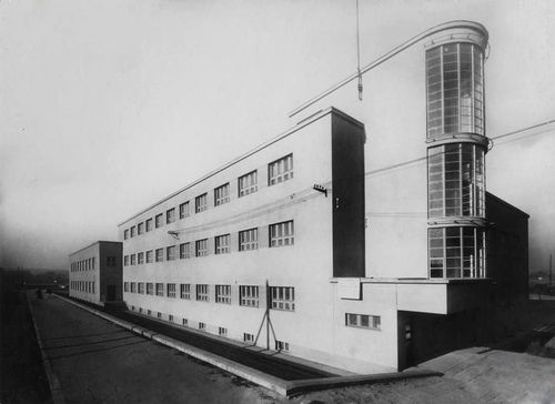bauhaus architecture and functionalism The bauhaus school redefined artistic creativity and manufacturing which has since come to be seen as a landmark of modern, functionalist architecture.