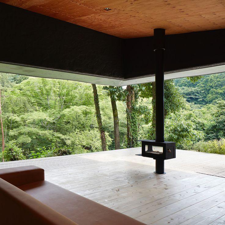 """最新号「理想の家ベストサンプル」発売中。写真は植物を建物の""""仕上げ材""""にしたと言う週末住宅。設計した谷尻誠と吉田愛曰く、「未完の完成」を目指すためのアイデアだそうです。その真意は本誌で! photo_Toshiyuki Yano https://casabrutus.com/architecture/64382"""