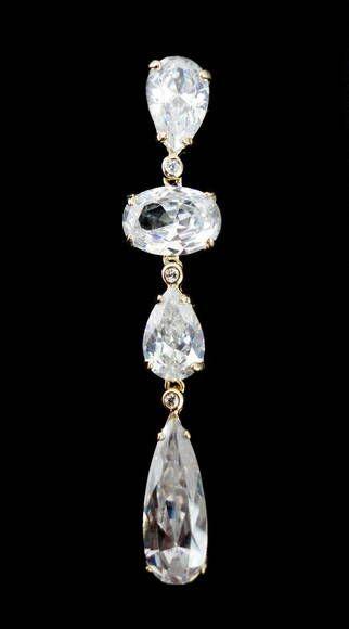 Ótima opção para noivas . Brinco dourado cravejado com pedras de zircônias cristal. Semi-jóia com 6,7 cm de comprimento.