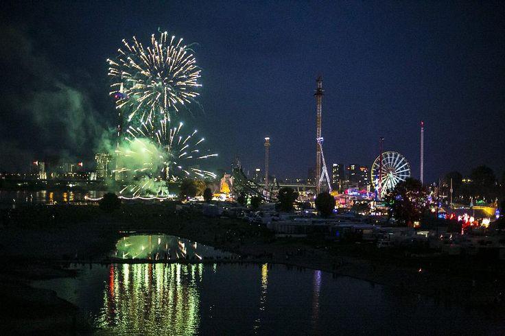 Am Freitagabend, 15. Juli 2016 wurde die Düsseldorfer Rheinkirmes mit einem spektakulären Feuerwerk eröffnet.