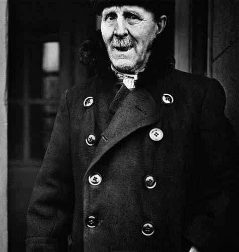 ©Борис Смелов. «Портрет старика в зимнем пальто. 1973» Посмотреть покрупнее!