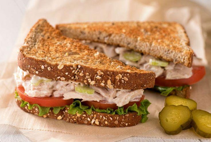 Aprenda a fazer sanduíches light no forno. São 8 receitas com lanches menos calóricos que se consumidos com moderação, não vão afetar sua dieta negativamente. O sanduíche é uma preparação muito consumida no dia a dia do brasileiro. É mais comum o preparo de sanduíches individuais que precisam apenas ser montados e, logo em seguida, …