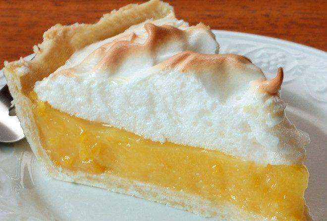 Esta tarte merengada de limão infalível pode parecer complicada por meter recheio e cobertura, mas faz-se num instante e come-se noutro.