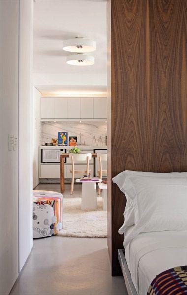16. Pelo lado do quarto, a estante faz papel de cabeceira e criado-mudo: como...