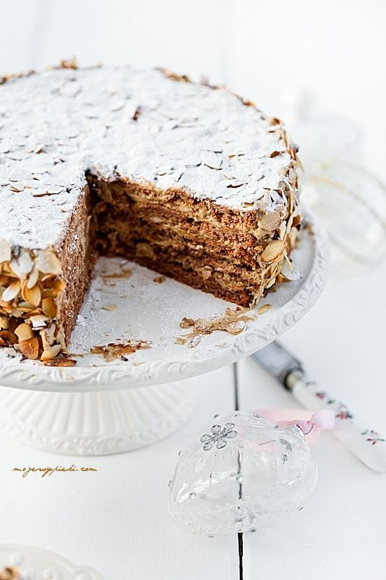 Almond Cake 8 large protein (320 g) pinch of salt 350g caster sugar for baking 250 g of ground almonds 2 tablespoons cornstarch 1.5 tablespoons of cocoa 1 teaspoon cinnamon 150 g almond flakes