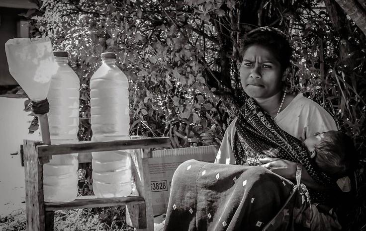 Demi mencukupi kebutuhan keluarga, Si Mama berjualan di pinggir jalan sambil memangku anaknya tak peduli terik Matahari dan Debu jalanan SELAMAT HARI KARTINI