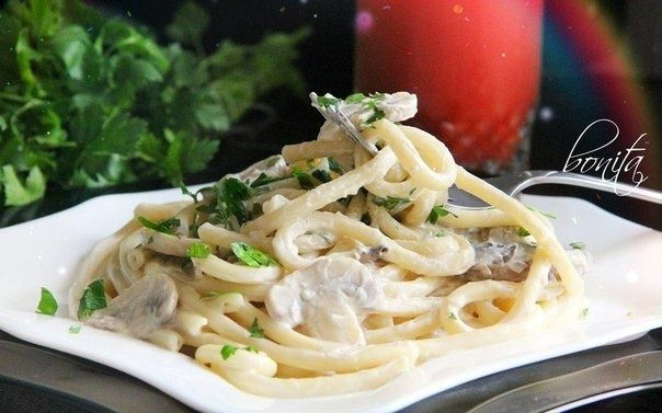 Фото к рецепту: Спагетти с грибами в сливочном соусе