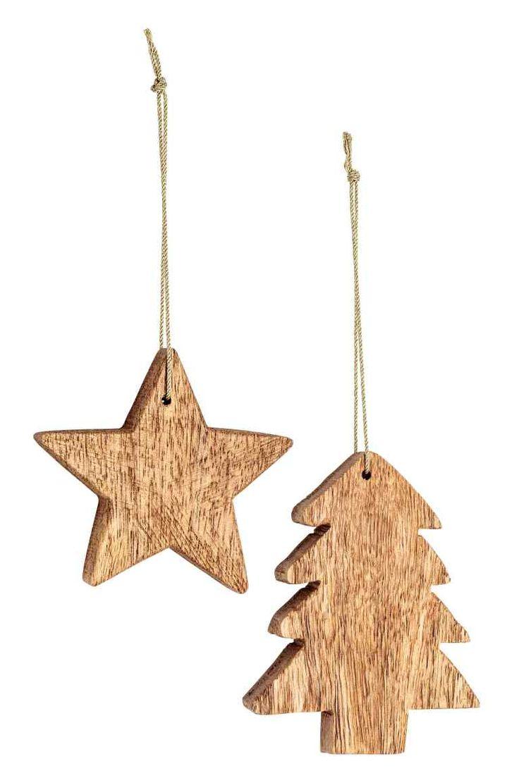 Adornos navideños de madera con forma de estrella y árbol de Navidad. Cordón en tela brillante. Medidas aprox. 8 cm. | H&M 5'99€