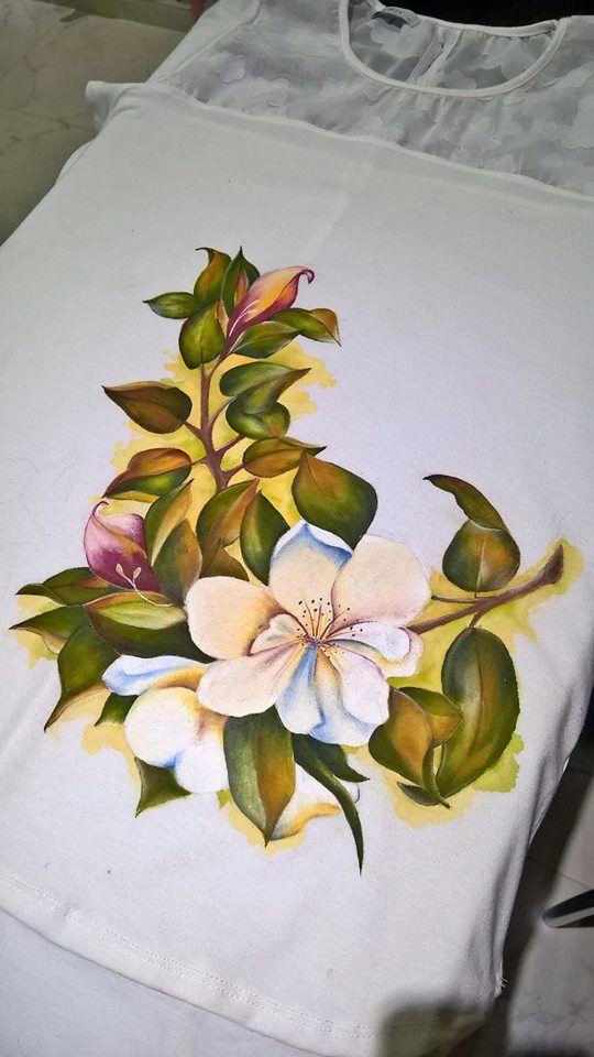 frente de remera en algodón pintado, hombros realizado en tul bordado