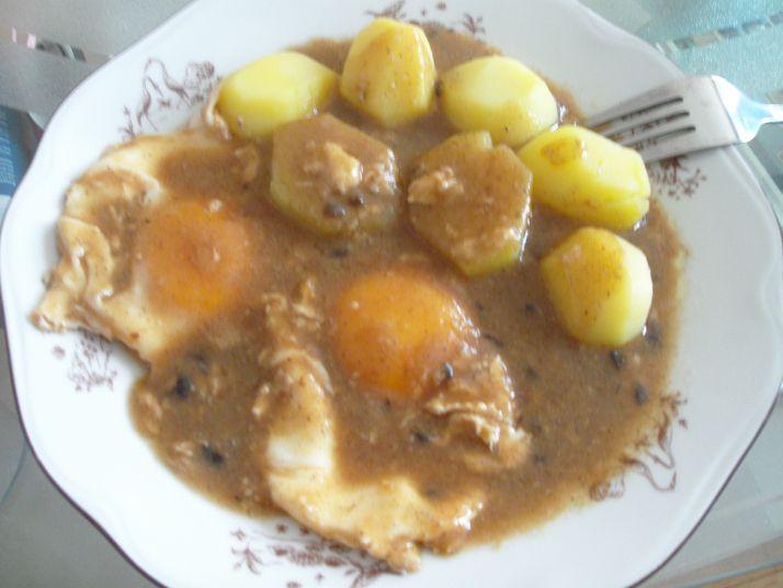 Jeder kennt wahrscheinlich das Grundrezept dieses einfachen Essens, aber selten sehe ich es so gekocht wie ich es von früher her kenne. Entweder wird eine Senfsoße beschrieben und/oder die Eier wer…