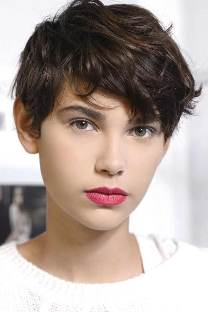 melena corta, mujer con corte estilo garcon y labios rojos, flequillo despuntado