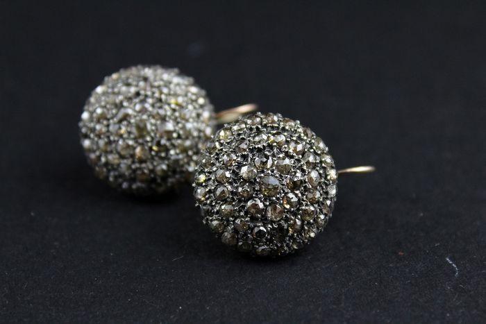 Online veilinghuis Catawiki: Knop-oorbellen van 14 kt roze goud en zilver met  diamanten.