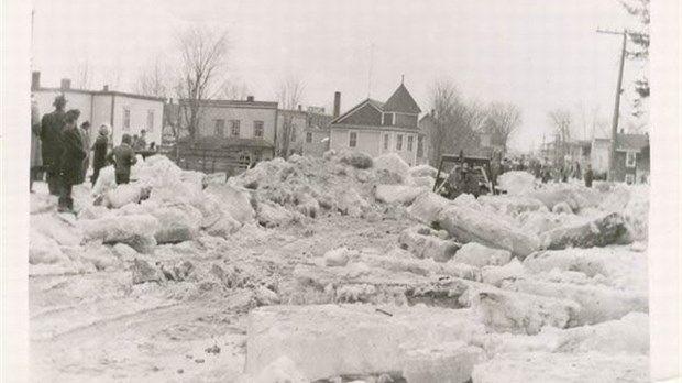 Le 20 mars 1948, le niveau de l'eau de la rivière St-François s'est rapidement élevé à cause de la pluie et la neige fondante. À Bromptonville, la situation s'est détériorée davantage quand un embâcle s'est formé au barrage de la Brompton Pulp & Paper. À certains endroits, la glace qui est restée mesurait 30 pieds de hauteur. 17 maisons furent complètement détruites, emportées de leurs fondations et éparpillées en pièces. Quelque 100 personnes ont perdu leurs résidences, un homme est décédé…