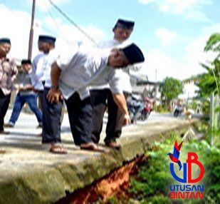 Wabup Bintan tinjau drainase rusak yang dilaporkan warga