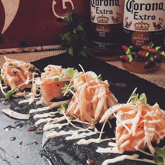 炙り鳥刺しのカルパッチョ握り寿司❣お通し🍴#鳥刺し#刺身#肉#寿司#sushi#手毬寿司#カルパッチョ#握り#和食#料理#夜ごはん #ビール#ワイン#ハイボール #お通し#つきだし #焼き鳥#居酒屋#高槻#鳥っち