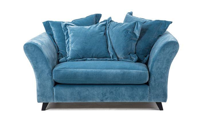 Blå Delfinen sammetsfåtölj. Loveseat, fåtölj, sammet, möbler, inredning, vardagsrum, dun, rymlig, stor.