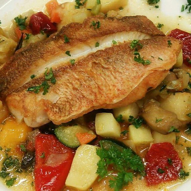 色んな野菜と魚を、サフラン、トマトベースのスープでブレゼにしてます! フレッシュのローズマリーとタイムをほんの少し入れて香りを複雑に♪ちょっぴり遊んでます(笑) - 105件のもぐもぐ - これからの季節、いろいろと野菜なんかがカラフルになってくるので楽しいです(o^-')b ! ~白身魚と彩り野菜の南仏風~ by Yutaka Sakaguchi