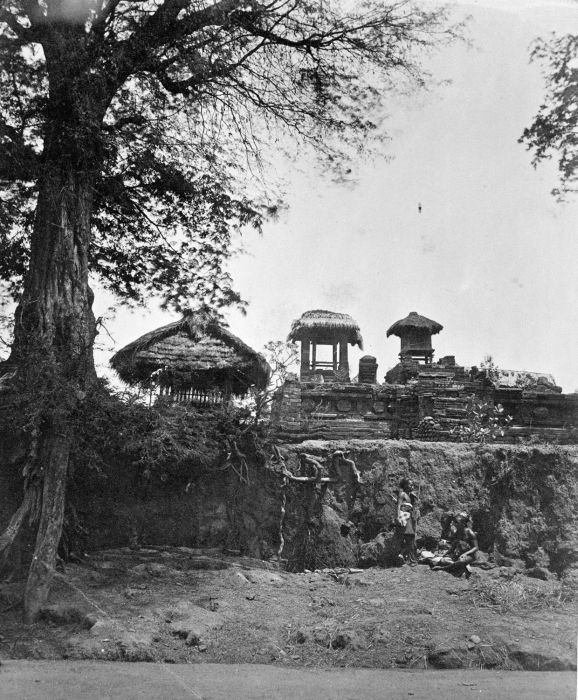COLLECTIE TROPENMUSEUM Drie kleine Balinese tempels op verhoging. TMnr 60002161.jpg