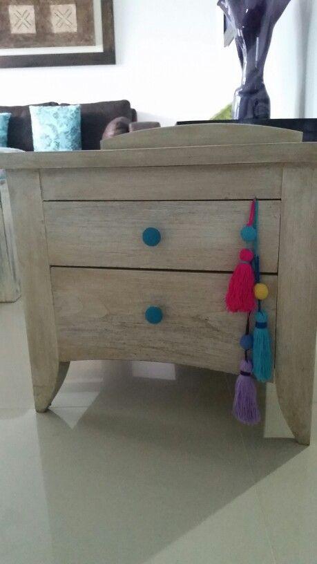 Mesa de noche pintada en decape fino con jaladeras en crochet.