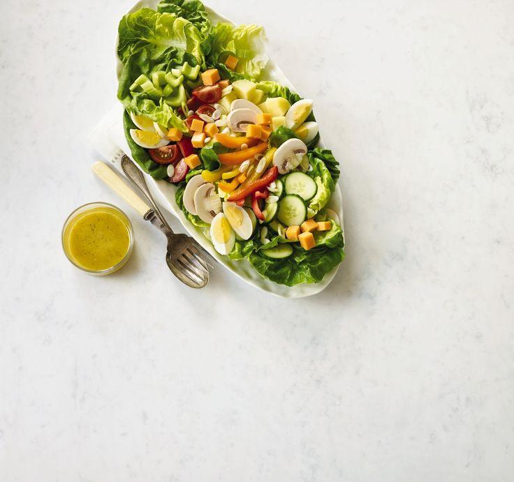 Nous faisons revivre les saveurs du printemps en ces froids mois d'hiver! Salade niçoise de printemps préparée uniquement avec des ingrédients de l'Ontario, y compris des concombres et de la laitue de serre.