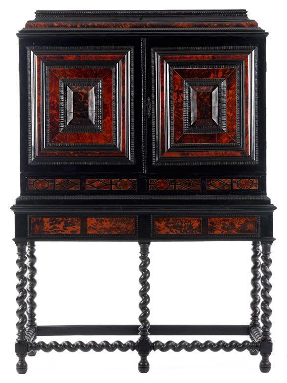 Höhe: ca. 185 cm. Breite: 143 cm. Tiefe: 56,5 cm. Antwerpen, 17. Jahrhundert. Aufbau in Eiche, furniert in ebonisiertem Holz und rot hinterlegtem Schildpatt....