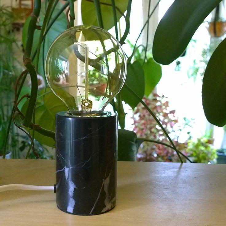 Marble Bordlampe Marmor - Marble er en flott og moderne bordlampe fra MS Belysning laget av marmor. Den har et rent utseende og kommer i sort eller hvit marmor. Dette er en utrolig vakker bordlampe som vil passer inn i de fleste hjem og spesielt for de som liker det naturlige.