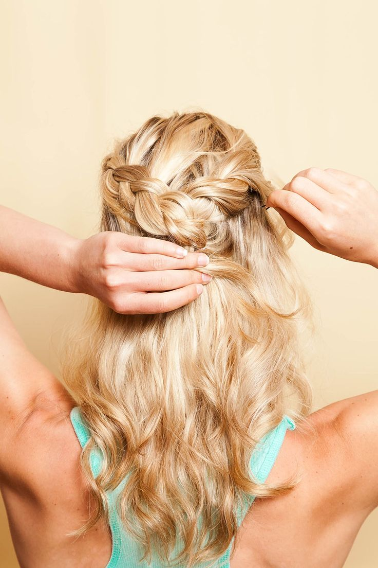 See how to create this beautiful half-up braid hairstyle.