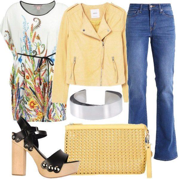 Outfit composto da jeans bootcut a vita bassa, t-shirt con stampa, giubbotto in pelle giallo con cerniera, sandali in pelle con tacco in legno, borsa a mano in rafia ed ecopelle e bracciale in metallo.