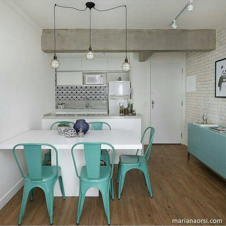 A-PAI-XO-NA-DA! é tudo o que tenho a dizer sobre esse apartamento projetado pelo escri @casa2arquitetos! Cores, revestimentos e iluminação, tudo lindo! {ph: @mariana_orsi} #decoraçãopravocê #saladpv #cozinhadpv