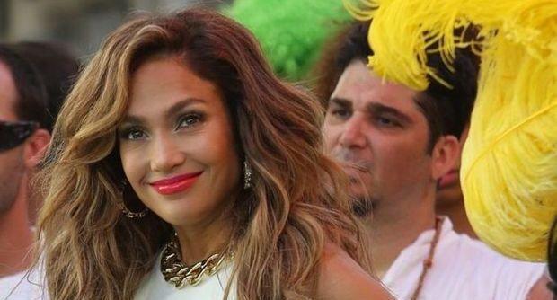 Gonne vertiginose e short coloratissimi. Jennifer Lopez registra l'inno dei prossimi mondiali nella cornice del Carnevale di Rio, ma girato a Miami.