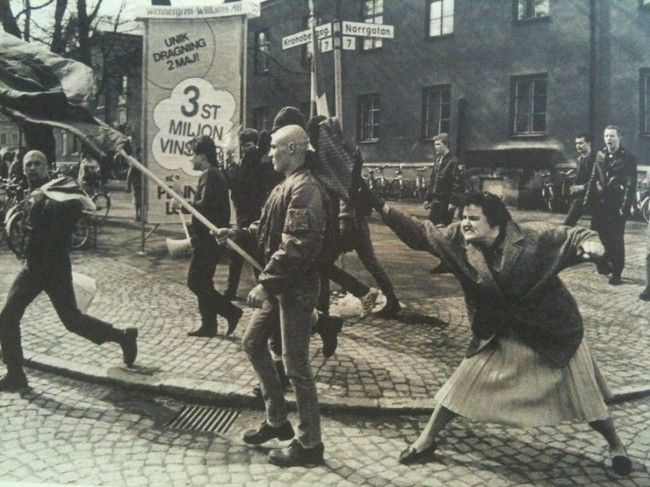 Švédská žena udeřila kabelkou pochudujícího neonacistu, později byla identifikována jako přeživší koncentrační tábor za 2. světové války (1985)