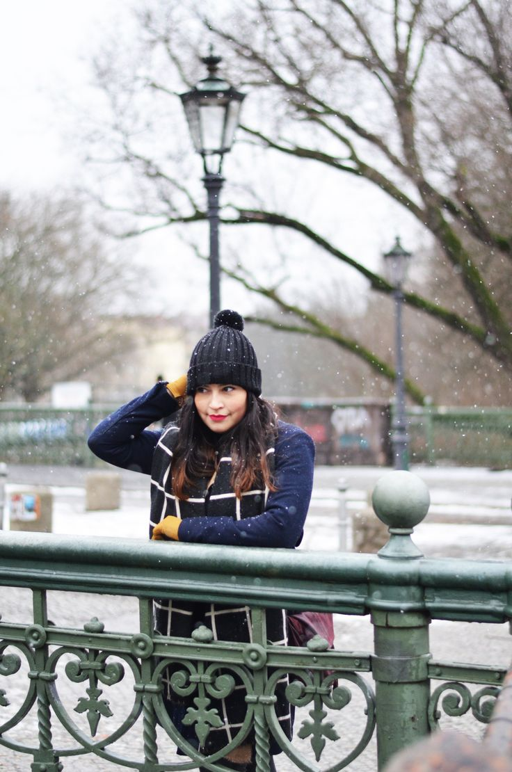 www.goldenweek.de winter look 2017 new year new outfit winter coat beanie pom pom hat yellow gloves snow pattern scarf berlin streetstyle