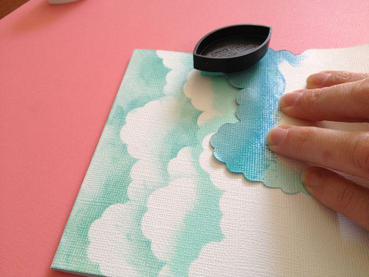 Wolken mit Schablone und Stempelkissen machen.