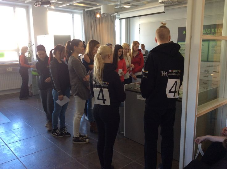 26.3. Tehtävä 5 ohjelmapalvelun toteutus. Kilpailupari 4 opastamassa ympäristönäyttelyssä.