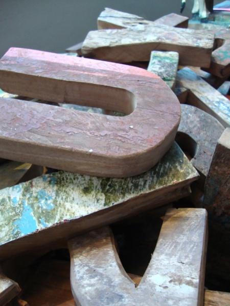 Bogstaver skåret af gamle fiskerbåde fra Bali. Rue Verte.