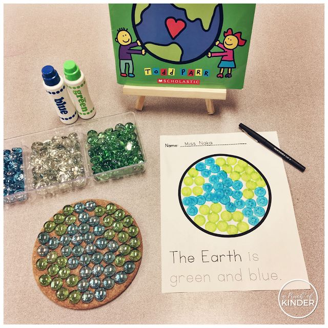 A Pinch of Kinder: Earth Day Activities & Lessons for Kindergarten: Can you make the Earth with loose parts? Can you show what you did with bingo daubbers? Can you trace/write a sentence about the Earth? Earth Day literacy centre. #earthdayactivties