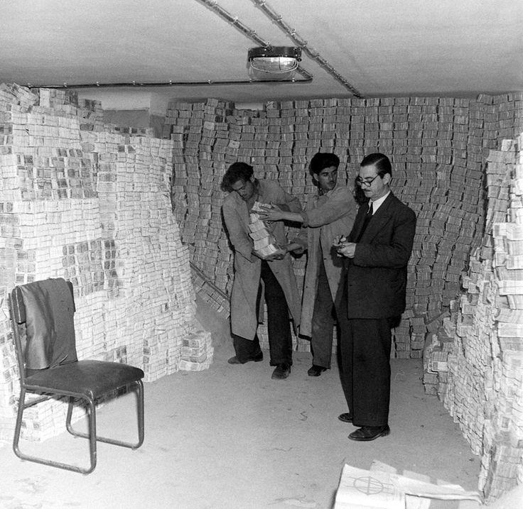 Dmitri Kessel, Δεκέμβριος 1944, στοίβες κατοχικών χαρτονομισμάτων προς αποτέφρωση στα υπόγεια της Τραπέζης της Ελλάδος