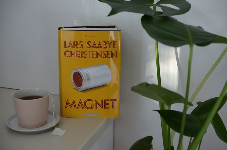 MAGNET er fortellingen om det umake paret Jokum og Synne. De møter hverandre på Sogn Studentby i Oslo på syttitallet, og vi følger dem videre til San Francisco, hvor Jokum etablerer seg som fotograf og Synne som hans kurator.  MAGNET handler om tid, kunst og jetlag. Men den er først og fremst en kjærlighetsroman. Les mer: http://issuu.com/cappelendamm/docs/lars_saabye_christensen_magnet