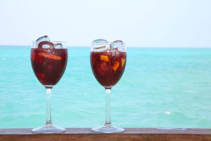 På Zanzibar møtte jeg drinkeutvikler José Martinez. Spanjolen lagde drinker for luksushotellet Essque Zalu, som vi har bodd på et par ganger. En av drinkene han hadde satt opp på menyen var en sangria etter oppskrift fra Ferran Adrià (verdenskjent kokk som jeg nylig møtte på Ibiza. Les mitt intervju