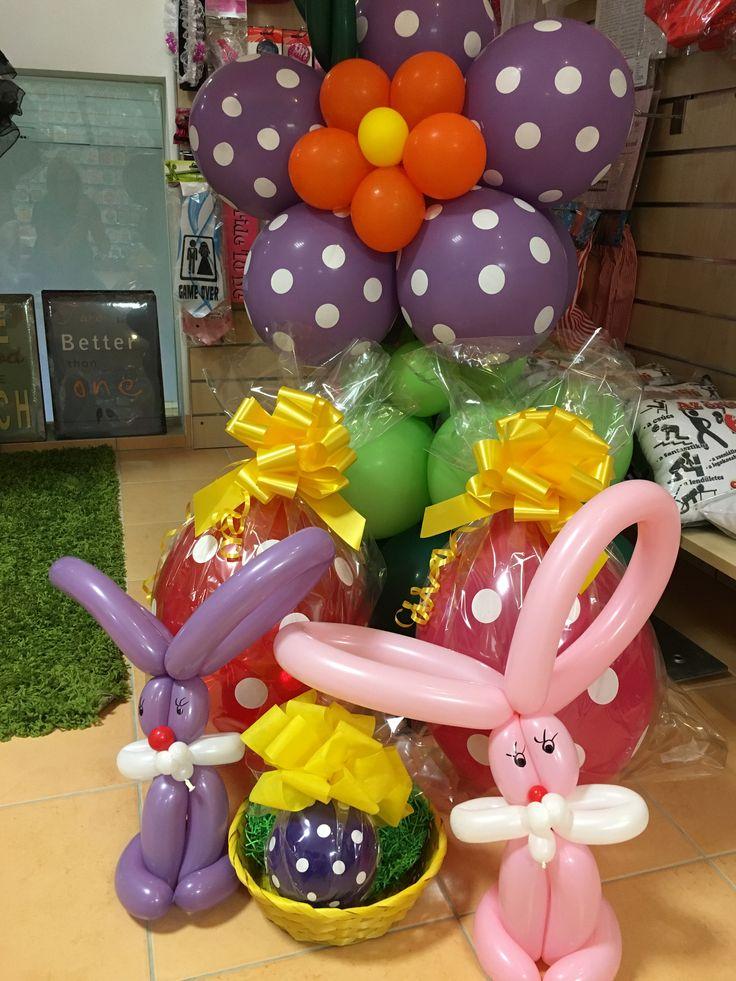 Kedves húsvéti nyuszi és tojás dekoráció a tavaszi lufi kapu tövében.