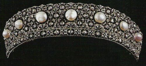 Pearl and diamond tiara kokoshnik, owned by the House of Savoy. This could be the intricate lace-like work of the Italian jeweller Buccellati...!!!